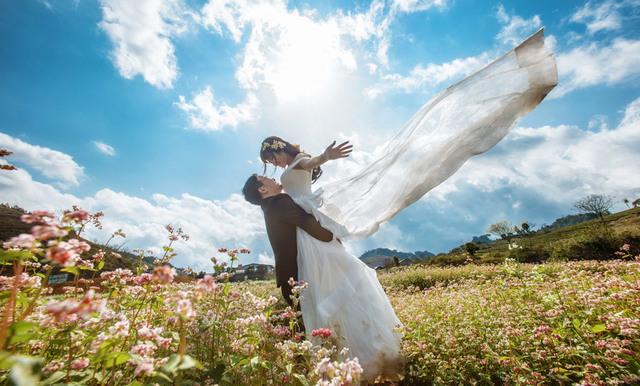 [フリー写真] 花畑で新婦を抱き上げる新郎でアハ体験 -  GAHAG | 著作権フリー写真・イラスト素材集