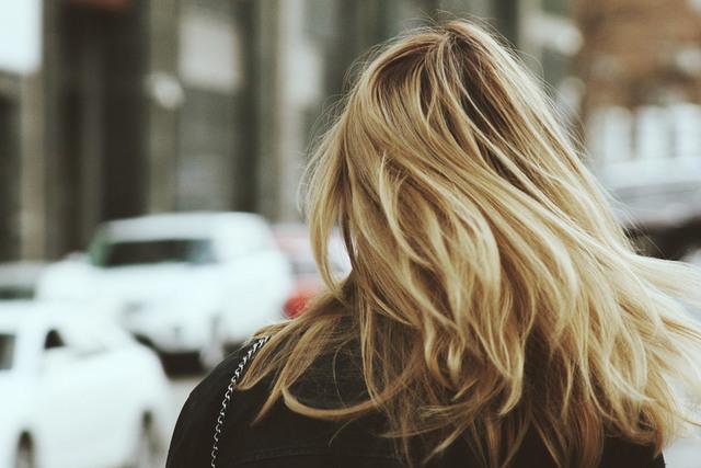[フリー写真] 街を歩く金髪女性の後ろ姿でアハ体験 -  GAHAG | 著作権フリー写真・イラスト素材集