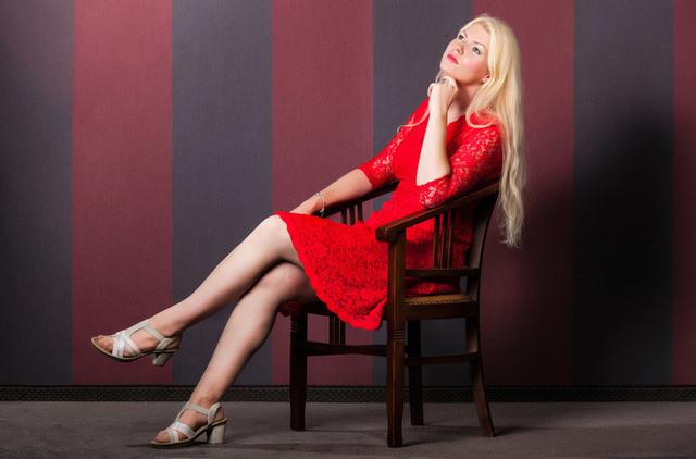 [フリー写真] 椅子に座って思いを巡らす金髪の外国人女性でアハ体験 -  GAHAG | 著作権フリー写真・イラスト素材集
