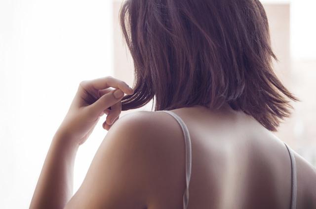 [フリー写真] 肩ひもと斜め後ろ姿の女性でアハ体験 -  GAHAG | 著作権フリー写真・イラスト素材集